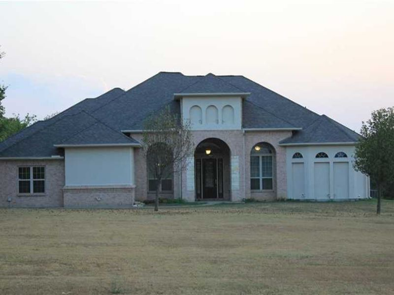 Beautiful Executive Home on Acreage : Tioga : Grayson County : Texas