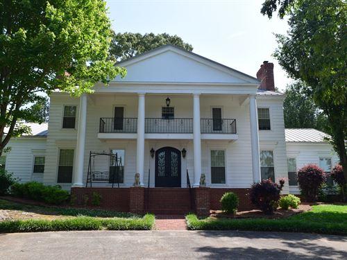Stunning Home On Lake Guntersville : Scottsboro : Jackson County : Alabama