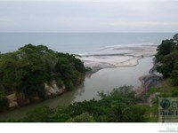 Land Bordering River Beach Panama : Las Uvas : Panama
