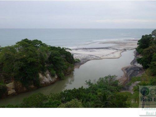 Land Bordering River Beach Panama : Las Uvas : Panama