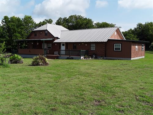 Country Log Equine Home Property : Wolfe City : Hunt County : Texas