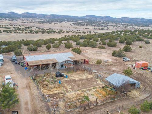 Large Home, Backs to Public Land : Seligman : Yavapai County : Arizona