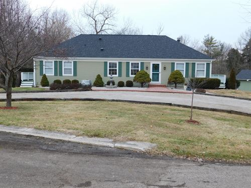 Immaculate 4 Br, 3B Overlooking 1 : Carlinville : Macoupin County : Illinois