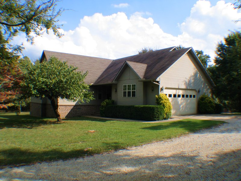 Beautiful Home On 10 Ac +/- : Paragould : Greene County : Arkansas